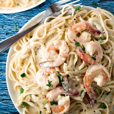 Creamy Pesto Shrimp Pasta! Creamy pesto sauce, tender shrimp, and tasty linguine make up this one-pot 30-minutes-or less dinner. Perfect for any night of the week! | HomemadeHooplah.com