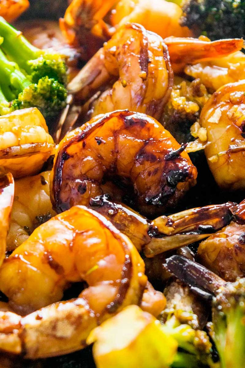 Camarão com alho doce e brócolis.