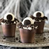 Monster Eye Snack Packs! Creepy, easy, and fun, these festive pudding cups use only 5 ingredients and are kid friendly. Perfect for a Halloween movie night! | HomemadeHooplah.com #SnackPackMixIns #ad