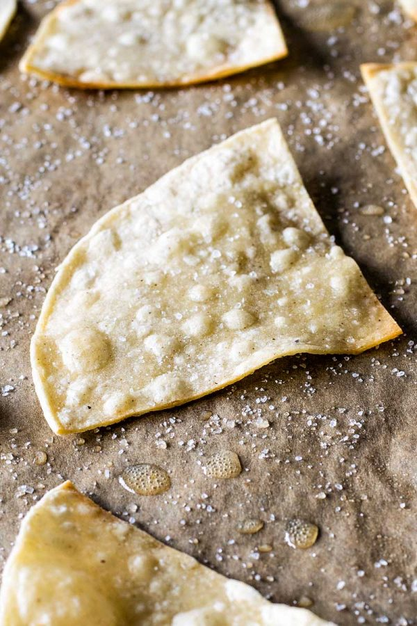 Homemade Baked Tortilla Chips! These baked tortilla chips are easy to ...
