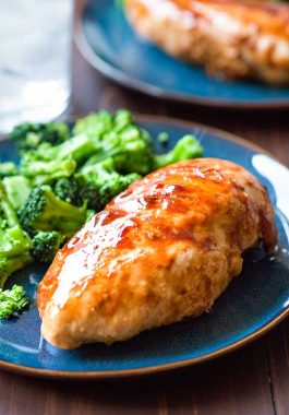 One Pan BBQ Chicken! Perfect for summer cooking, this one pan chicken recipe is easy (only 5 ingredients) and comes together in less than 20 minutes! | HomemadeHooplah.com #AllCladd5