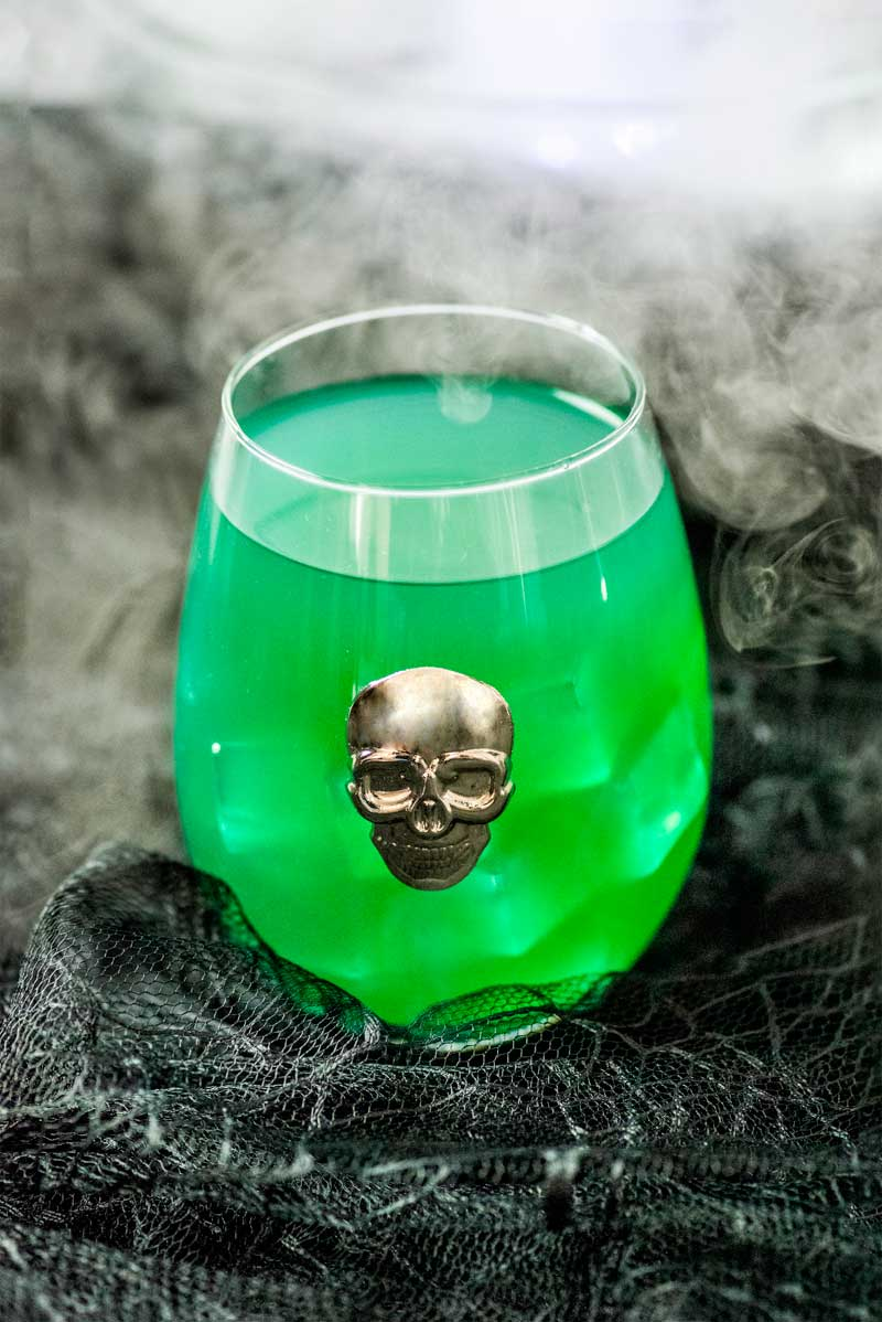 Skeletons in Your Closet Cocktail! This Skeletons in Your Closet Cocktail tastes like a spooky margarita and would be perfect for a fun Halloween party or to serve at a horror movie marathon! | HomemadeHooplah.com