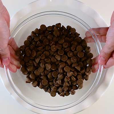Peeps S'mores Passo 1 - Coloque o chocolate em uma frigideira baixa e rasa.