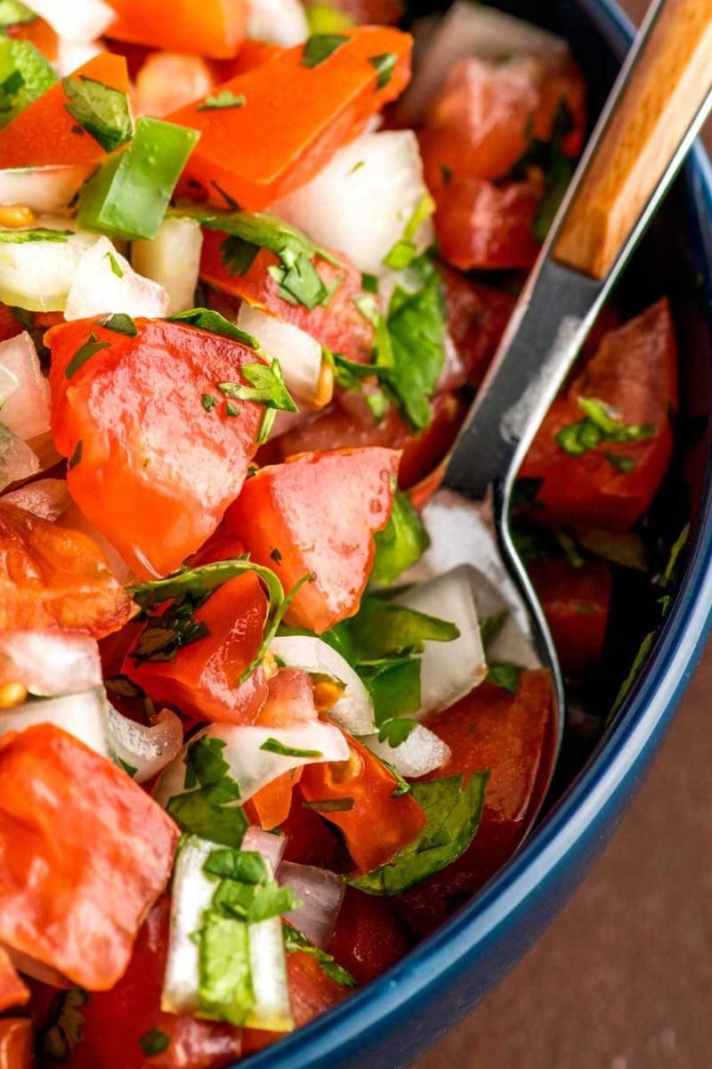 Tomates frescos picados, cebola e pimentão temperado com suco de limão e sal.
