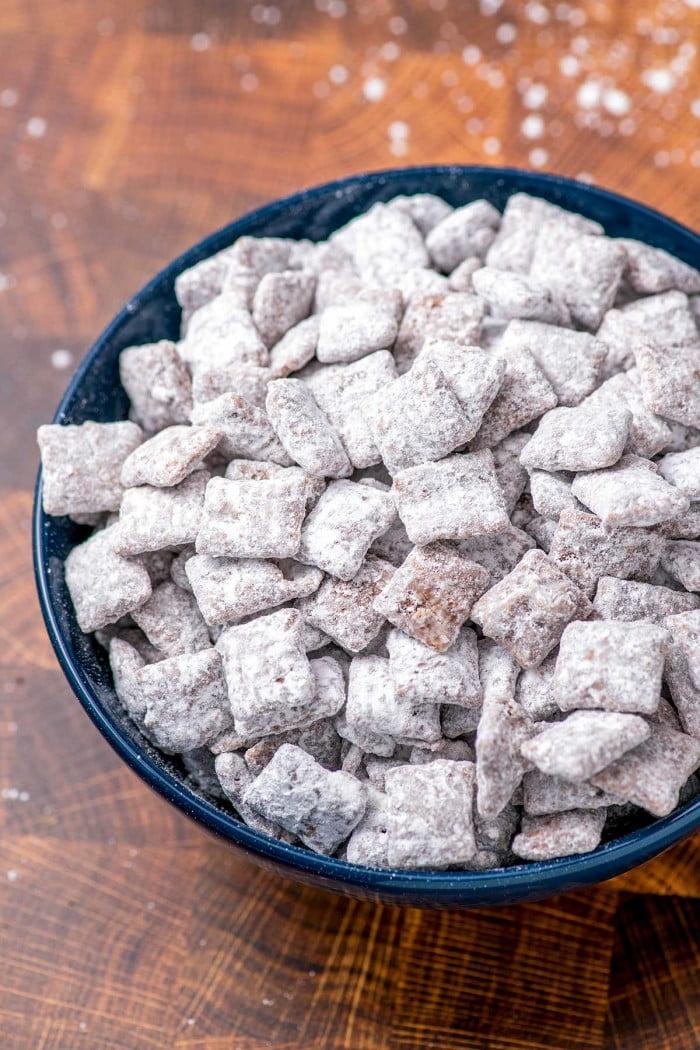Ração caseira para cachorros feita com cereais Chex, chocolate e açúcar.
